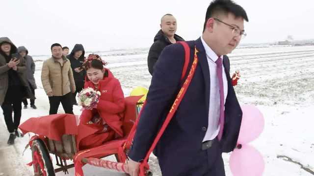 接亲遇大雪阻路,新郎板车拉新娘5里