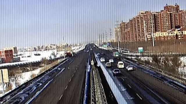 货车高速突然倒车,后车被推行20米