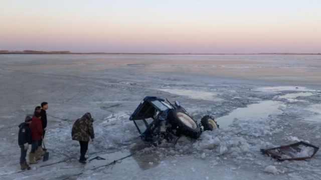 备春耕农用车坠冰,5人失踪均为亲属