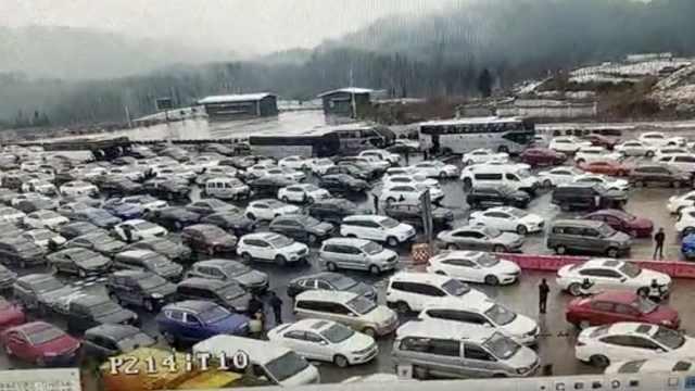 重庆多地迎降雪!收费站堵成停车场
