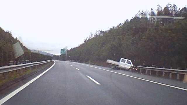 监拍:司机高速犯困,将货车撞出护栏