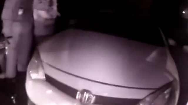 小偷行窃被车主发现并锁在车中……