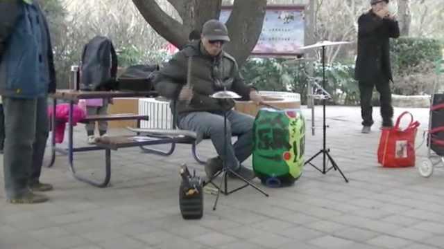 1人玩转1乐队!大爷妙用废品变乐器