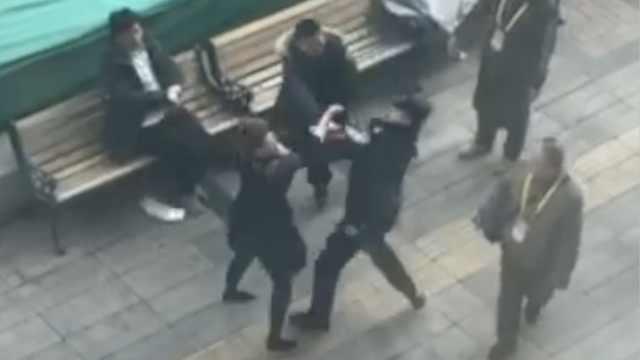 两夫妻争吵3人街头扭打,还打伤辅警