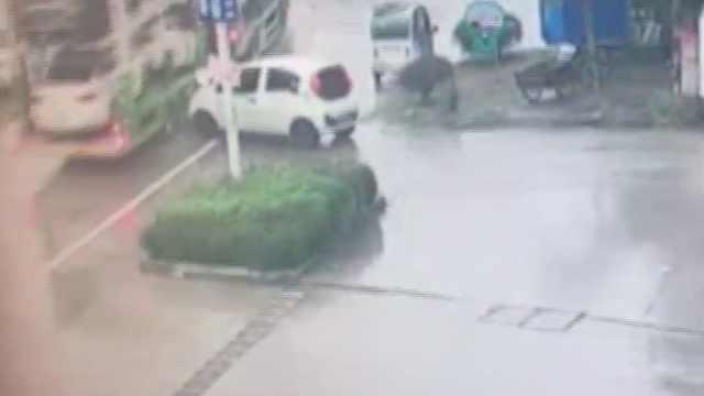 司机刚离开,小车拐弯溜下坡怼货车