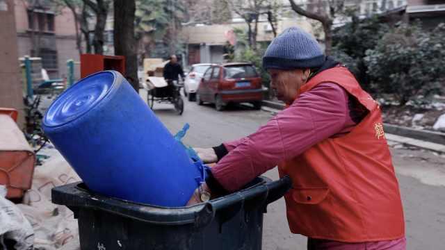 南京最老义工:90岁爬上爬下倒垃圾