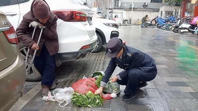 78岁老太风雨中卖菜,女保安全买走