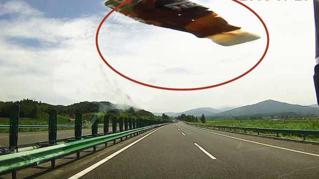 客车司机不满别车,高速上扔瓶砸车