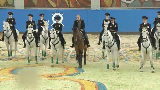 庆妇女节,普京与女警察们一同骑马