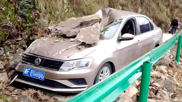 山体滑坡落石砸中汽车,致一人受伤
