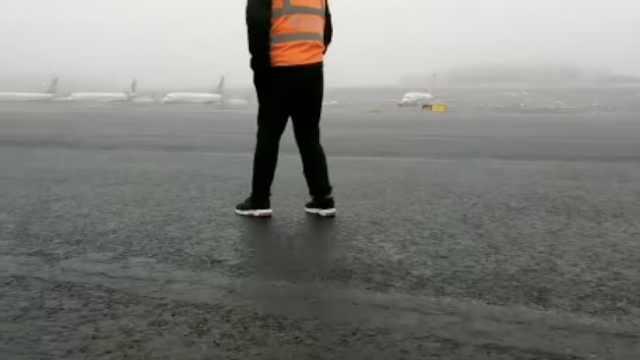 乌鲁木齐机场成溜冰场:6800人滞留