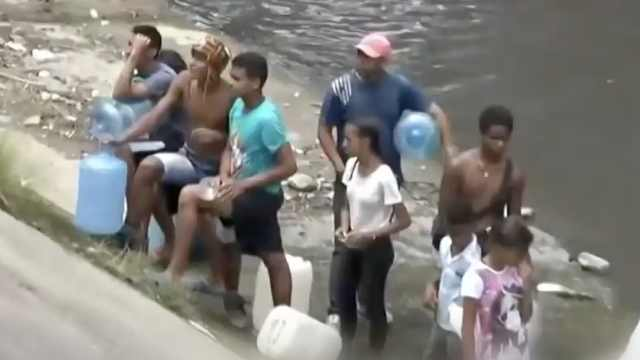 停电第五天,委内瑞拉人接污水洗澡