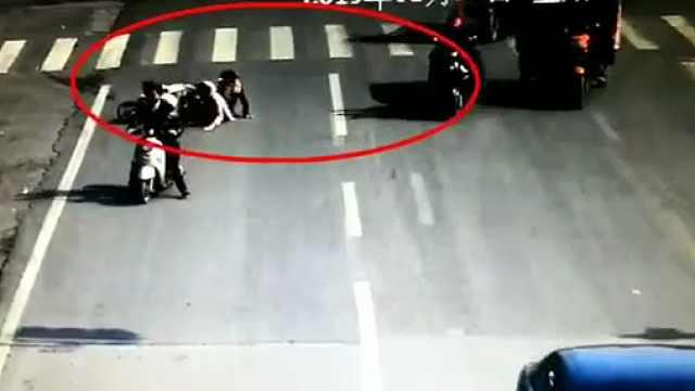 电动车转弯撞上别车,肇事者不承认