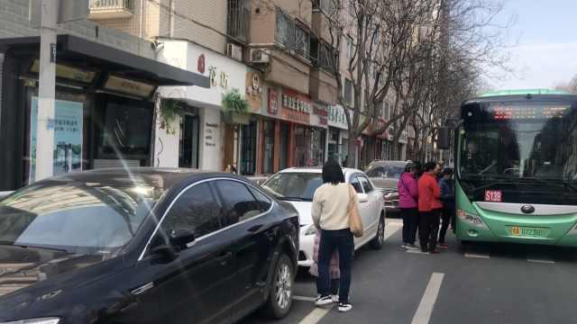 公交站前划车位,乘客被逼进快车道