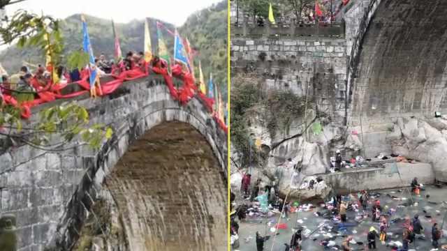 奇俗!游客桥上撒钱,村民桥下渔网捞