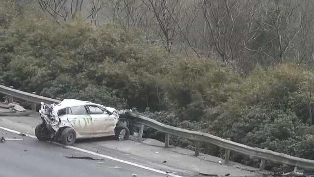 太险!司机刚下抛锚车,车瞬间遭撞飞