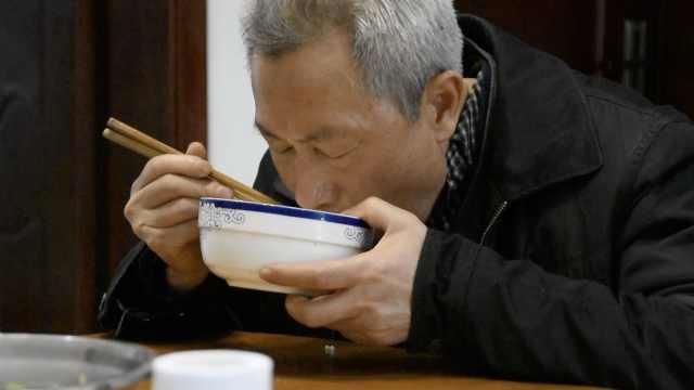 怪!6旬大爷一天吃10顿饭,反瘦3斤