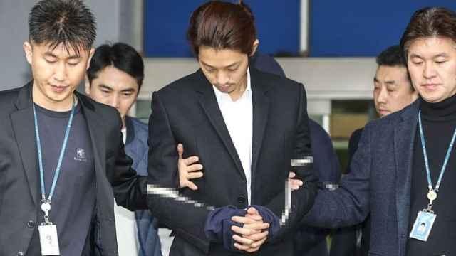 警方:郑俊英不分时间地点偷拍女性