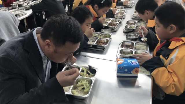 小学校长食堂陪餐3年,学生:很幸福