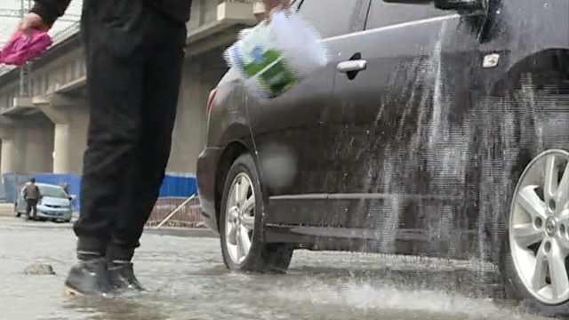 小车冒险开进汾河洗车,车主:很环保