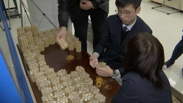 她攒5.8万枚1角硬币,银行数8小时