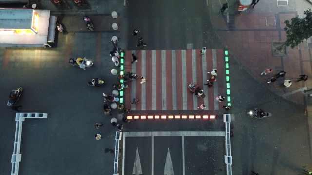 拯救低头族!苏州街头现发光斑马线