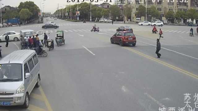 车主被压车下,路人3分钟抬车救人