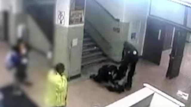 惊!美国警察校内殴打电击16岁女生