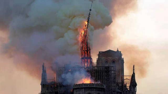 直播:塔尖已倒!巴黎圣母院发生火灾