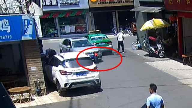 孩子被卷车底众人合力抬车22秒救出