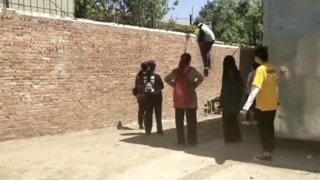 高校封闭管理学生排队翻墙:太压抑