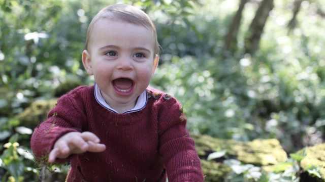 超级萌!英王室晒路易王子周岁照