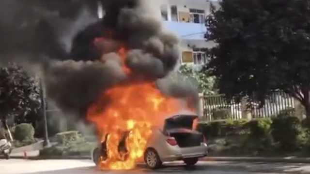 行驶宝马起火爆炸,车主:曾闻到怪味