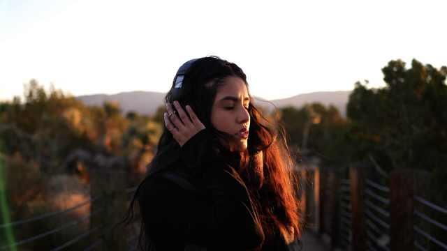悲伤的人更喜欢听悲伤的歌,会开心
