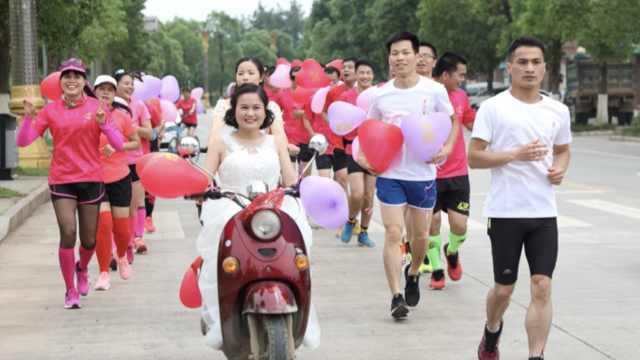环保接亲队!新郎跑5.20公里接新娘
