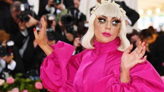 惊呆!Gaga红毯现场连脱三次变装