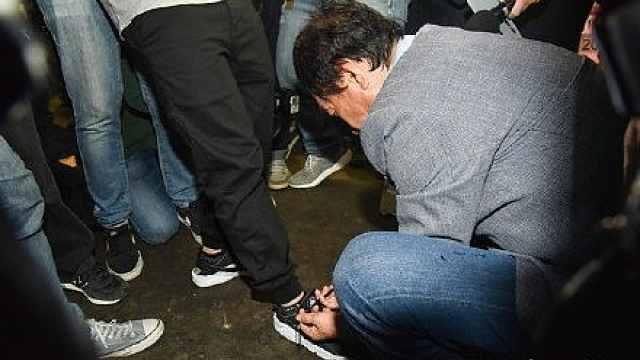 郭台铭帮记者系鞋带:人生不能跌倒