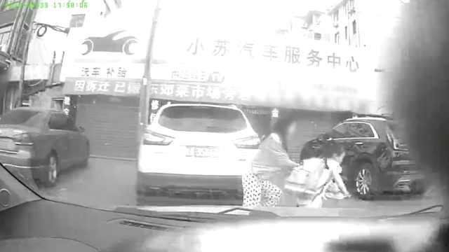 小车冲上人行道,妈妈一把推开女儿