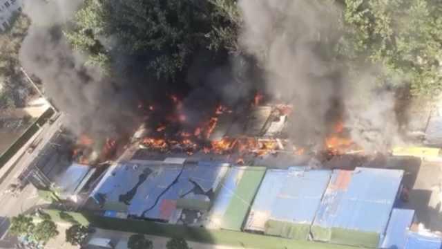 高校外简易棚起火传爆炸声,无伤亡