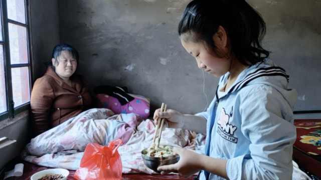 爸离家15岁女孩守病母:几年没吃肉