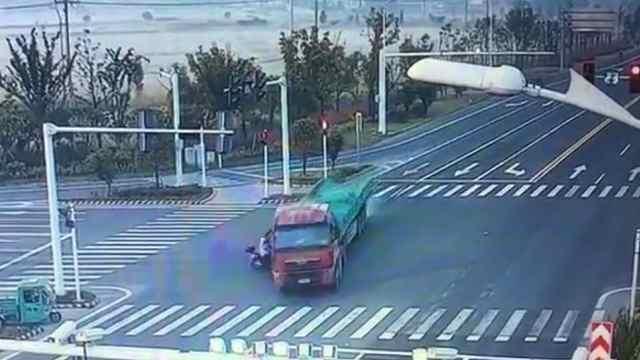 电动车闯红灯,与大货车相撞
