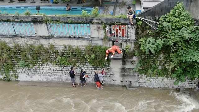 4男子蹭泡免费温泉,涨水后被困河心