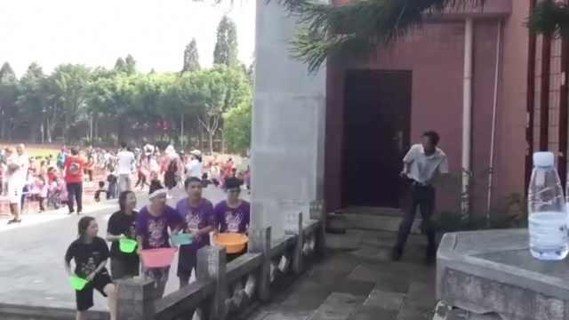 千名高3学生泼水减压,副校长遭群泼