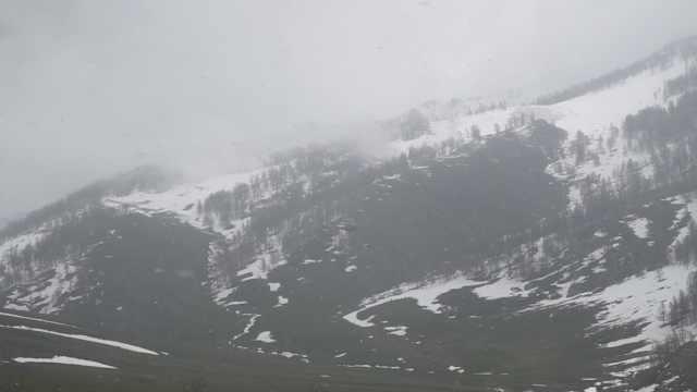 新疆天气太魔幻,游客戏称经历四季