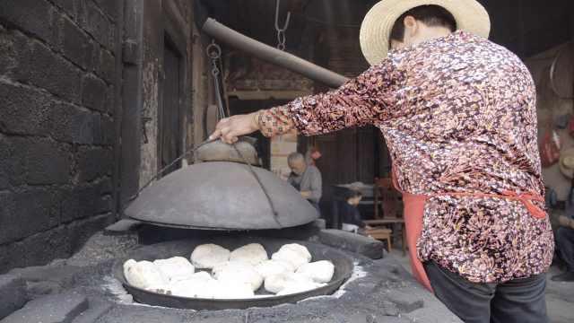 荆州老街糖饼子传百年:柴火锅烤熟