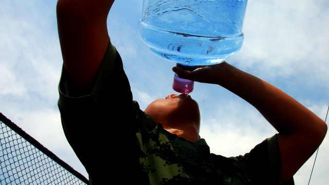 世卫组织:每天喝4升水或中毒死亡
