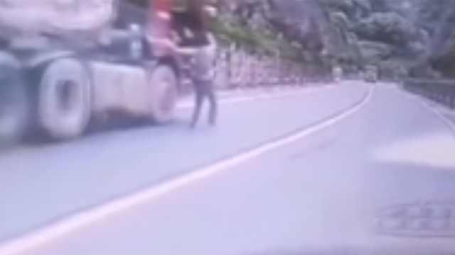无人工程车失控,小伙跳上车拉手刹