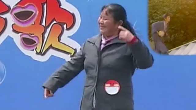 大妈模仿济公跳舞,画面太美不敢看