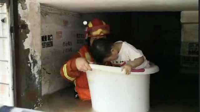 消防员用桶救人,现场发出魔性笑声