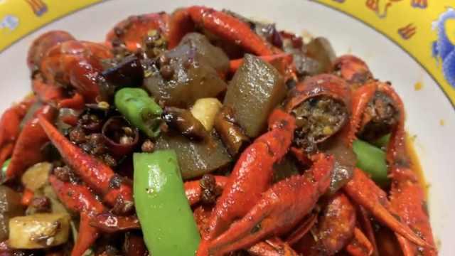 美食家变身厨师,将魔芋融入小龙虾